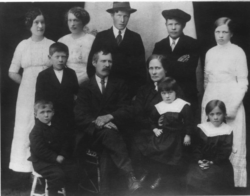 Petter and Emerentse family 1918.jpg